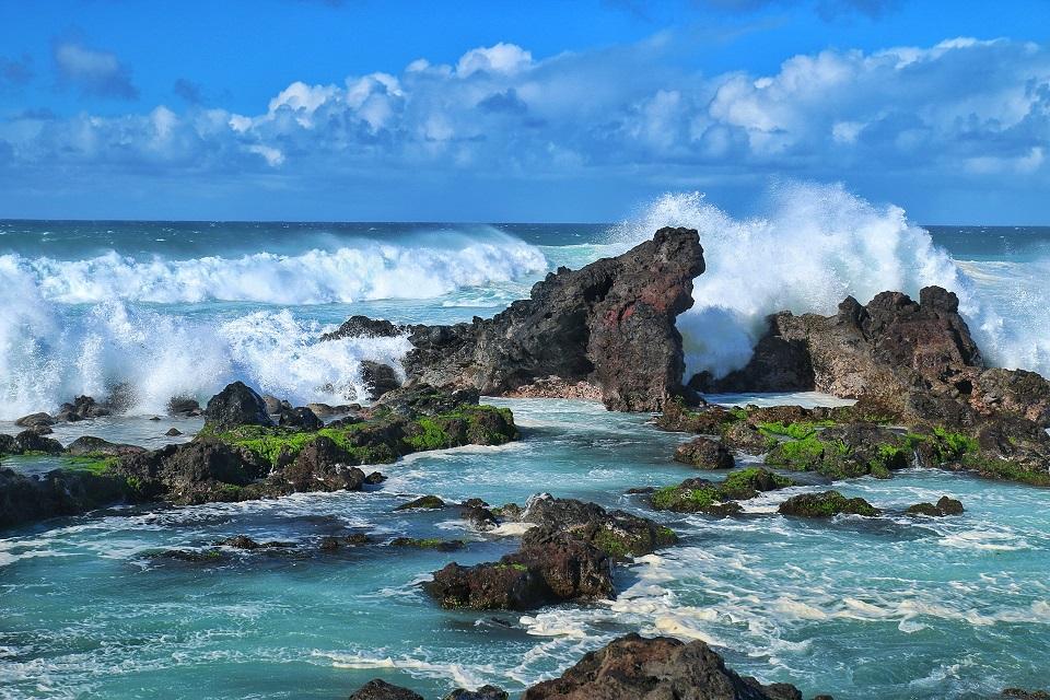 Waves crashing on beautiful rock formations in Ho'okipa Beach Park