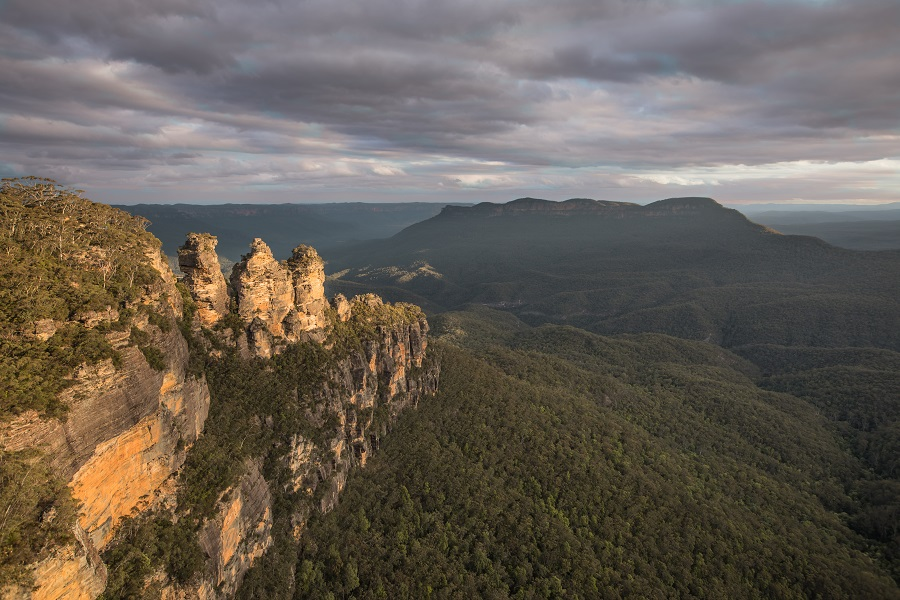 scenery of Three Sisters, Blue Mountains when sun is setting